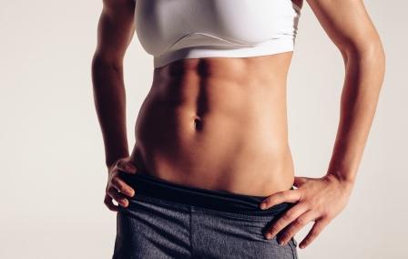 Diéta na ploché brucho - žena s vyšportovanou postavou a pekným bruchom