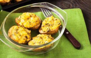 pečené zemiaky so syrom v miske pri diéte