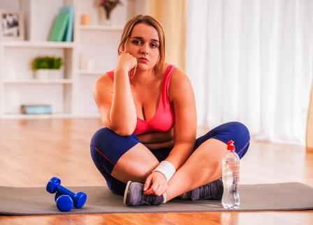Neúspech pri chudnutí - smutna zena pri cviceni a diete.jpg