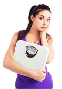 žena drží váhu