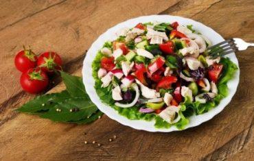 chutný zeleninový šalát s kuracím mäsom na tanieri