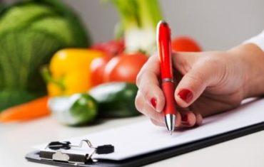 Žena drží 7 dňovú diétu a zapisuje si stravu
