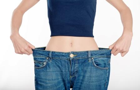 Chcete schudnúť? zena uspesne schudla - je oblecena v povodnych sirokych nohaviciach