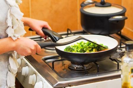 žena pripravuje zeleninu v kuchyni.jpg
