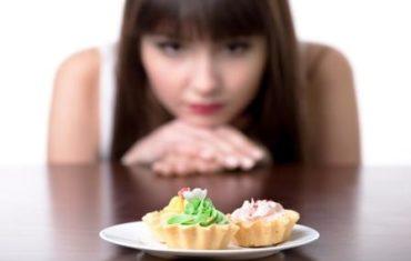 Žena drží redukčnú diétu a rozmýšľa, či zje koláč