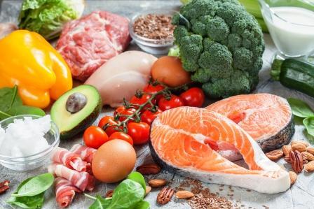 stôl plný jeda - rybam, mäso, zelenina, vajcia...