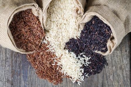 Ryžová diéta a na stole je rozsypaná ryža