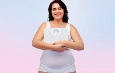 usmieta žena s nadváhou a váhou