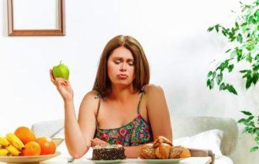 chudnutie - pokusenie - zena sa rozhoduje medzi ovocim a sladkym.jpg