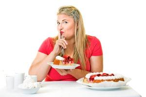 Obézna žena potajomky je koláč