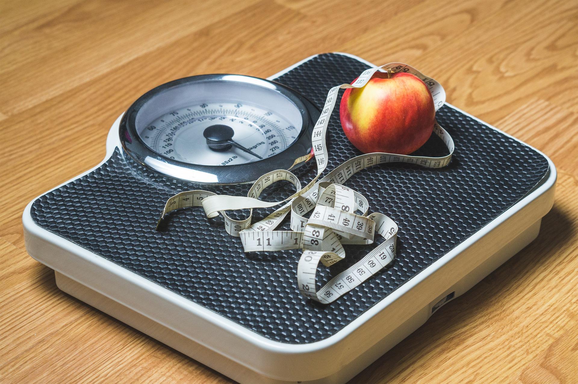Váha s jablkom a metrom
